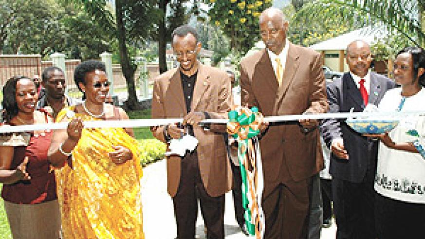President Kagame cuts the tape to officially open Gorilla Hotel in Gisenyi, Rubavu District. The ceremony took place at the end of the 5-day Retreat of senior government officials. (Photo PPU).