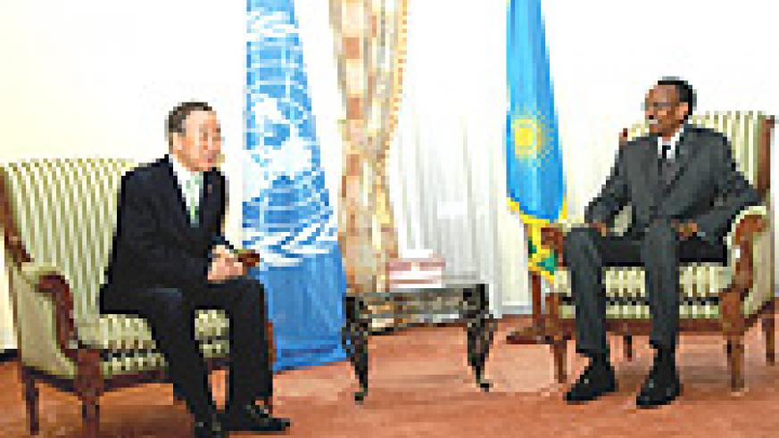 Ban ki-Moon holding talks with President Paul Kagame at Urugwiro village yesterday. (PPU photo).