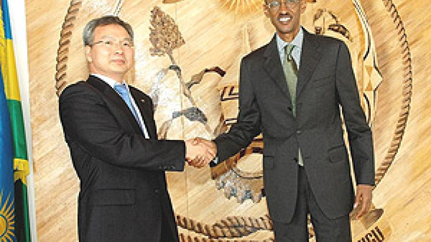 President Kagame with Mr. Soo Ho Meng, Korea Telecom's VP of Global Business after their meeting at Urugwiro Village on Friday. (PPU photo).