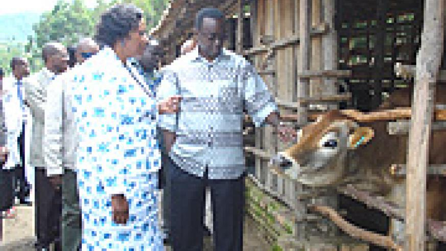 PM tours a dairy farm owned by Antoinette Munyekuzo in Nyamabuye sector (Photo D.Sabiiti)