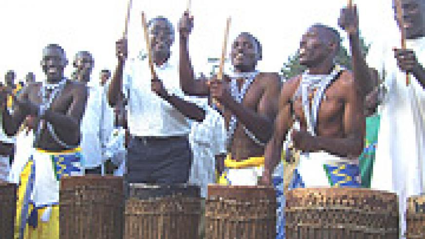 Premier Makuza participating in traditional drumming with Rushaki intore cultural troupe on Friday. (Photo/ A.Gahene).