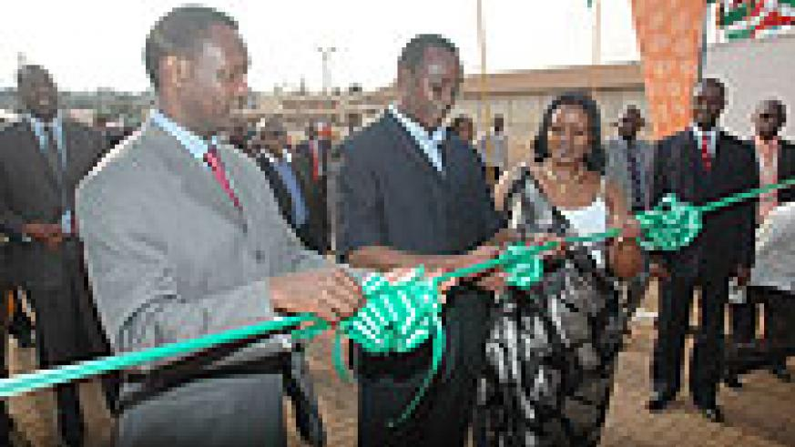 Premier Bernard Makuza (C) flanked by EAC Affairs Minister Monique Mukaruliza (R) and Private Sector Federation Chairman Robert Bayigamba, officially opens the 12th Expo. (Photo J Mbanda)