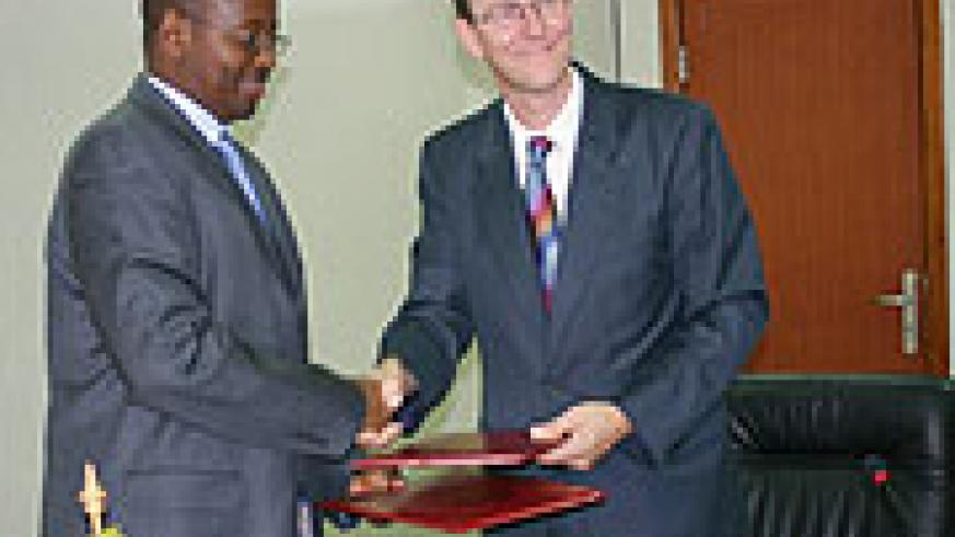 Minister of Finance James Musoni (L) and Martin Leach, the head of DFID Rwanda after the signing. (Photo; F. GOODMAN)