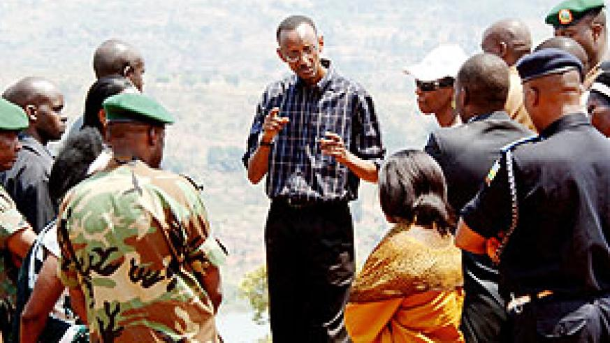President Paul Kagame talks with government officials while visiting Muhurire Coffee Cooperative in Rurenge District (Urugwiro Village photo).