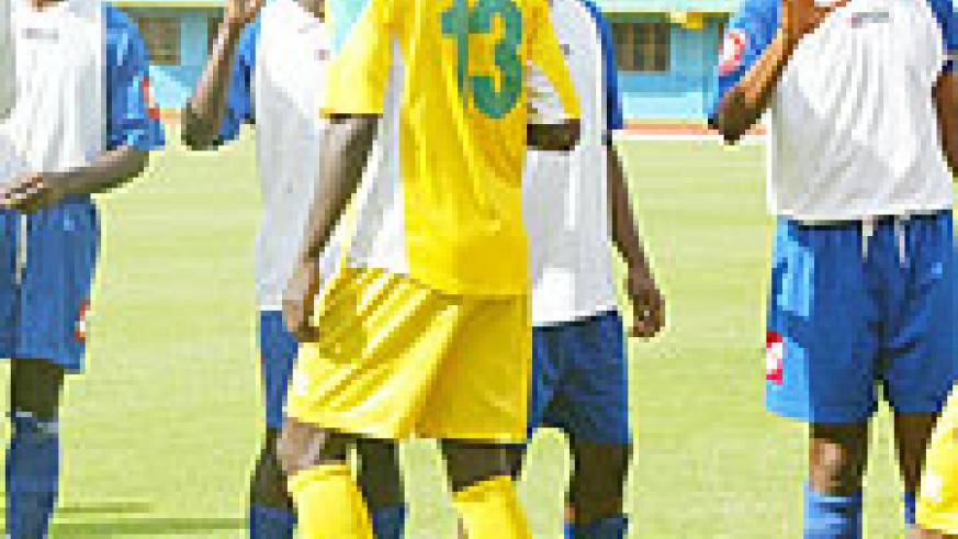 Jimmy Gatete (R) salutes Atraco players during last year's league. It remains to be seen if the striker will stay at Rayon. (File photo)