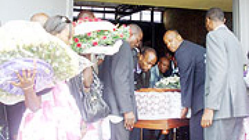 Family and friends carry the body of the Late Dr. Abedi Kizito Ruzigana. (Photo: D.Sabiiti)