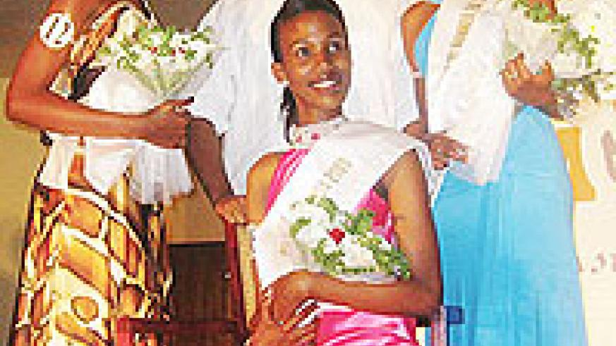 State Minister for Minerals and Natural Resources, Vincent Karega, stands behind Miss East Africa Rwandan chapter 2009 Cynthia Akazuba seated, Annet Mahoro (left) 1st runner-up and the 2nd runner-up.