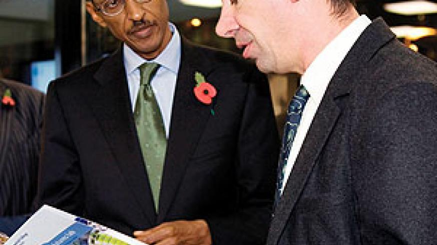 President Kagame with Professor James Durrant at the Imperial College Energy Futures Lab. (Photo/ Urugwiro Village)