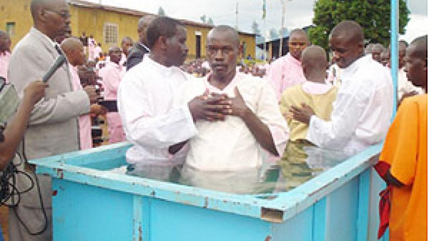 ADEPR Pastor, Theophile Nkundiye, baptizes an inmate at Gitarama prison days before he was sent to Prison.(Photo/ D. Sabiiti)
