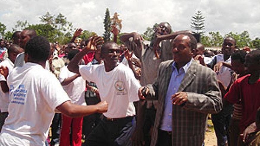Jean Baptiste Habyarimana (in jacket) of the NURC joins youths in a dance during the opening of the Itorero in Huye district. (Photo: P. Ntambara)