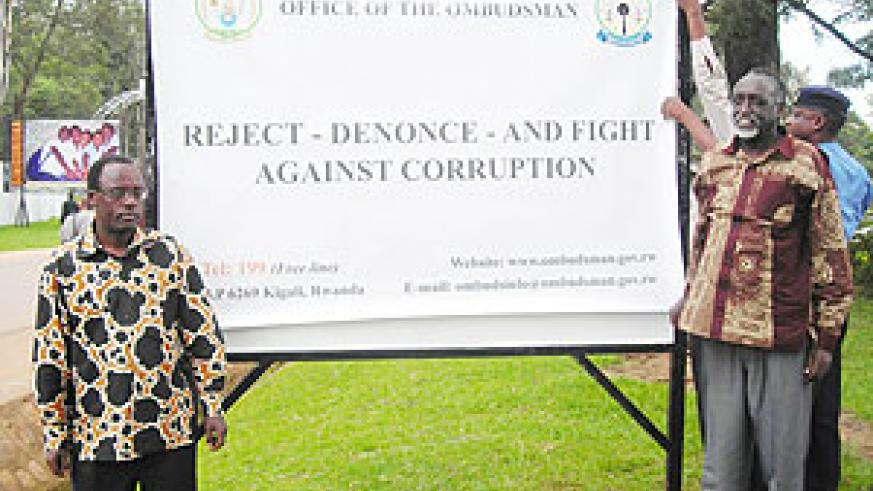 Governor Fidèle Ndayisaba (L) and Tito Rutaremara after unveiling an anti-corruption poster in Huye yesterday. (Photo: P. Ntambara)