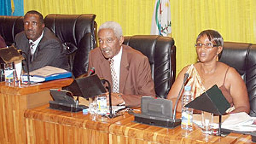 Committee chairperson Aimable Nibishaka (C) addressing the Lower Chamber of Parliament yesterday. (Photo: F. Goodman)
