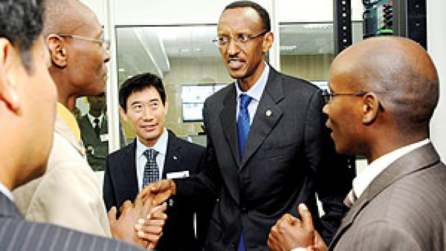 President Kagame speaking to officials yesterday during his tour of the launched Network Operating Centre (NOC) at the ICT Park in Kigali. (photo Urugwiro Village)