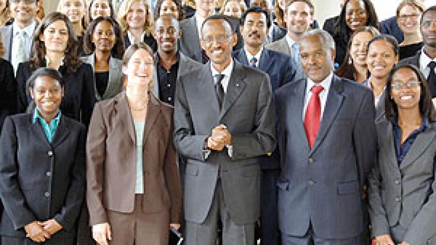 President Kagame with some of the students from Harvard Business School. (Photo Urugwiro Village)