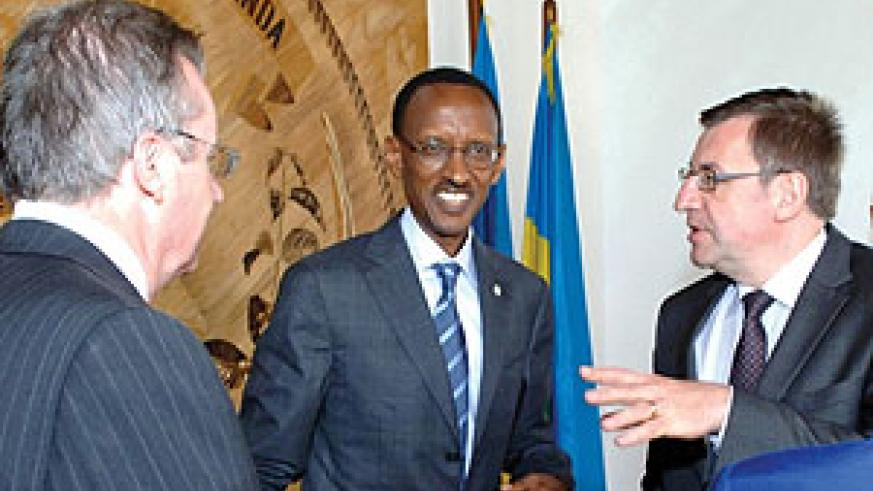 President Kagame shares a light moment with the Belgian Foreign Minister, Steven Vanackere and a member of his delegation after their meeting at Urugwiro Village. (Photo Urugwiro Village)