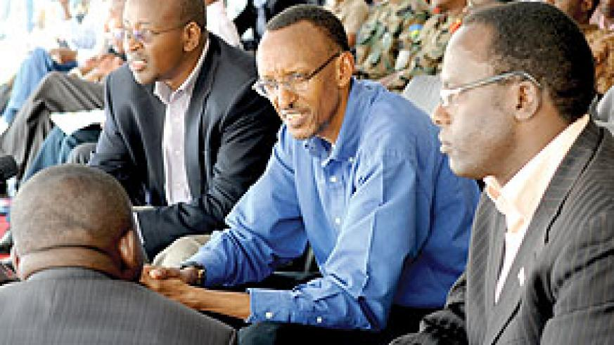 President Kagame consulting with local leaders during his tour of the southern Province.(Photo Urugwiro Village)