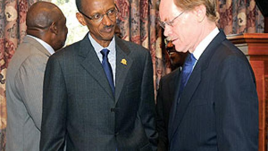 President Paul Kagame speaking with World Bank President Robert Zoellick at the African Union Summit in Addis Ababa, Ethiopia yesterday  (Urugwiro Village)
