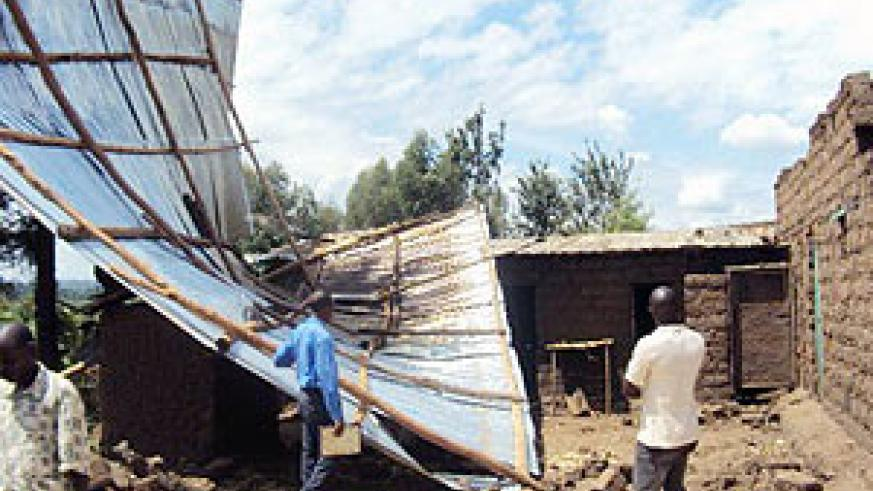 Residents assesing damages caused by the  heavy wind. (Photo: D. Ngabonziza)