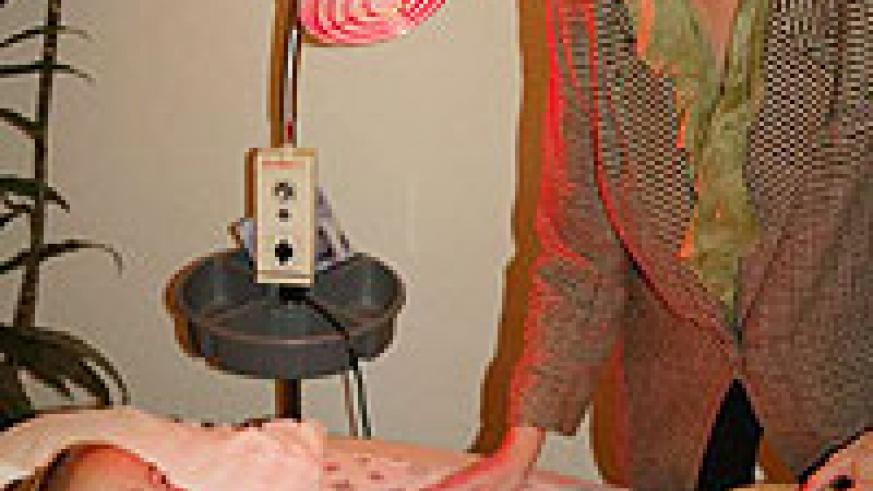Acupuncture treatment combined with infrared light for abdominal pain (Internet Photo)