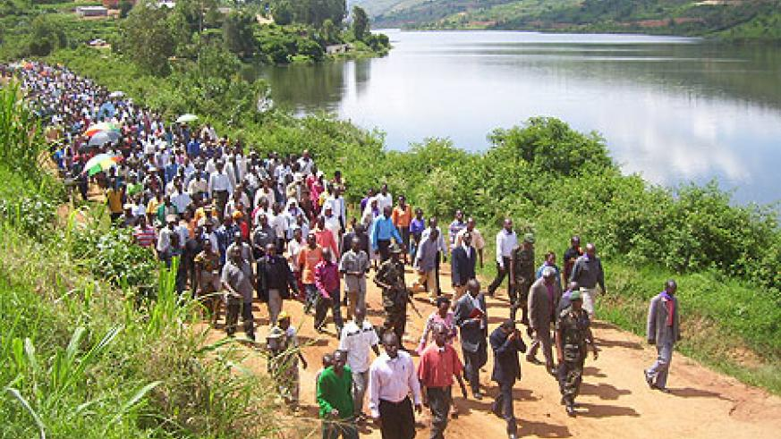 Residents staged a 4km match along lake Muhazi in rememberance of Tutsi who perished in the lake during the genocide. (Photo: A. Gahene)