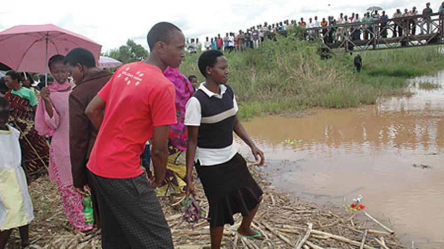Residents of Ruhuha paying tribute to victims thrown in River Nyabarongo during the genocide. (Photo/ J Mbanda)