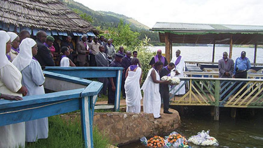 Gicumbi residents gather at Rwesero beach on Wednesday to pay their respect to Tutsi who perished in Lake Muhazi during the Genocide.(Photo / A.Gahene)