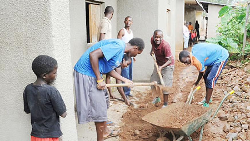 Youth from Evangelical Restoration Church during the renovation of the widows' houses in Kimironko. (Photo: J. Mbanda)