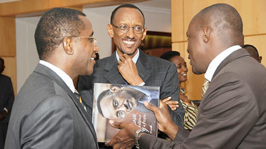 President Paul Kagame sharing a light moment with the president of the Senate, Vincent Biruta and sports minister, Joe Habineza (Photo Urugwiro Village)