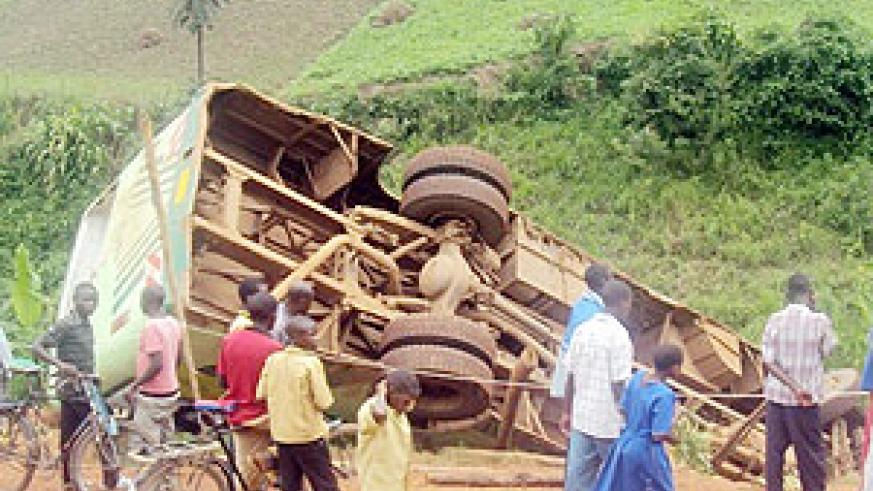 The overturned  ONATRACOM bus that killed 2 and injured several.(Photo: D. Ngabonziza)