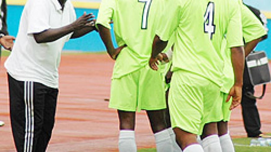 Ntagwabira passing on some tips to his players during a league contest with APR. Kiyovu stand in Rayon's way of reaching the  last four of this year's MTN Peace Cup. (File Photo)