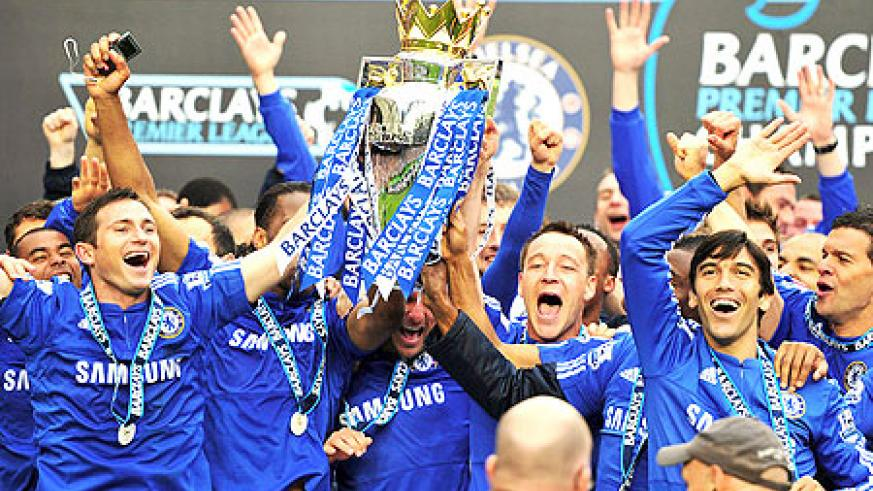 John Terry and Frank Lampard of Chelse lift the Premier League trophy after Chelsea beat Wigan 8-0 at Stamford Bridge on May 9. (Net photo)