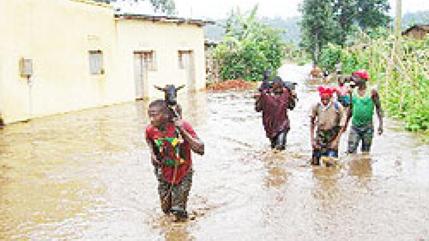 Flood victims of Musanze district fleeing their homes with their property. (Photo; B. Mukombozi)