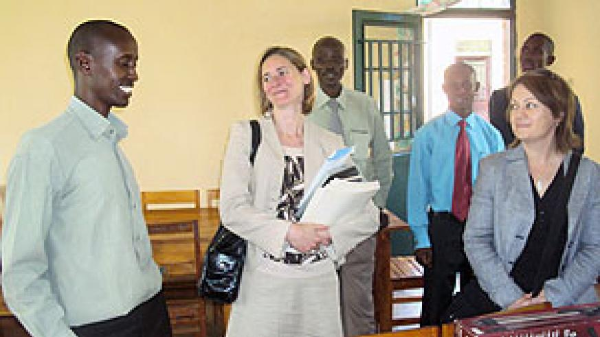 Stephen Rwamurangwa (L) headteacher at Kayonza School chats with Mair Hughes (immediate right) from Bedford in the company of  teachers from both schools. (Photo: S. Rwembeho)