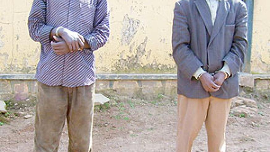 Claudien Mulindabigwi (left) and his alleged accomplice François Nsengiyumva at Byumba Police station on Tuesday. (Photo: A. Gahene)