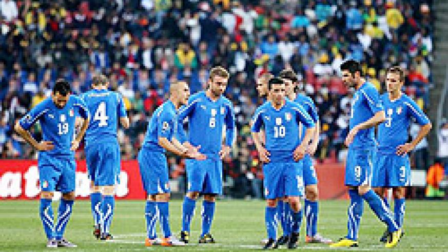 Italy's captain Fabio Cannavaro encourages his dejected team mates following the first goal by Slovakia. (Net photo)