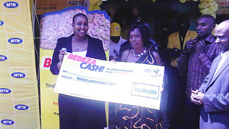 Dorothe Mujawamariya(R) poses with MTN's Annie Bilenge (Photo; L. Nakayima)