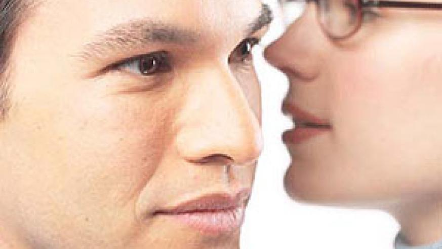 A man who gossips gives the impression that he is irresponsible (Net photo)