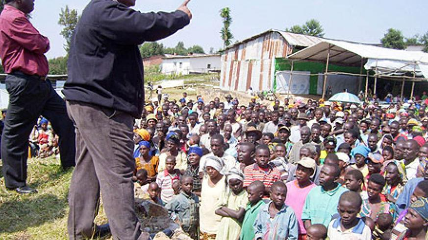 Governor Bosenibamwe addressing returnees at Gicumbi transit camp. (Photo; A. Gahene)