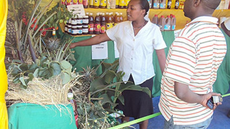 A client at a fruits display stand (photo: S. Nkurunziza)