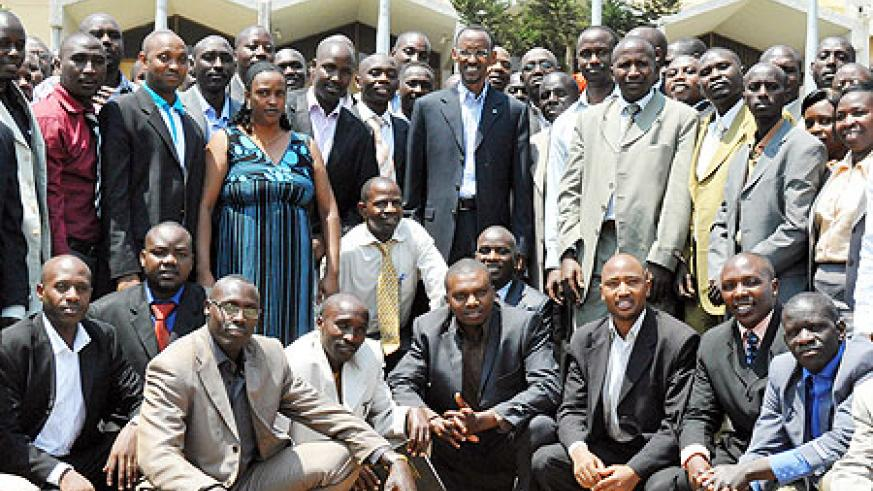 President Kagame in a group photo with some of the local leaders (Photo: Urugwiro Village)