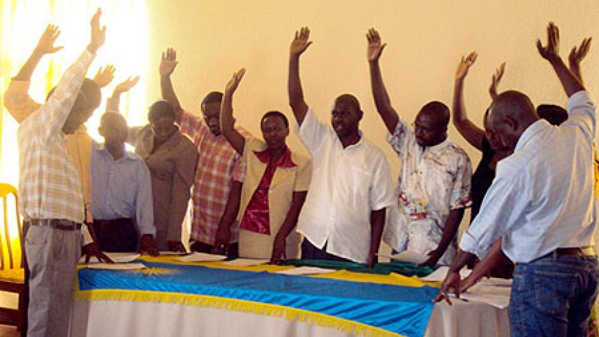 Some of the Huye district workers taking an oath to uphold their contracts on Tuesday (Photo /P Ntambara)