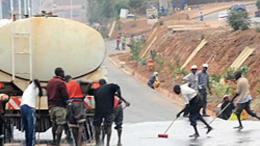 Workers cleaning Airport road ahead of the inaugural ceremony of President Paul Kagame slated for Monday (Photo; F. Goodman)
