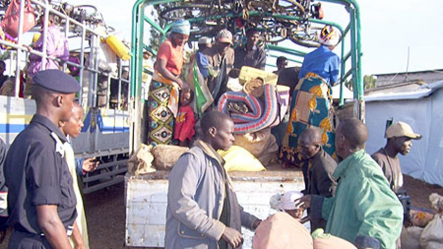 Refugees disembarking a truck from Uganda. IOM has announced plans to help Rwandan returnees reintegrate (File Photo)