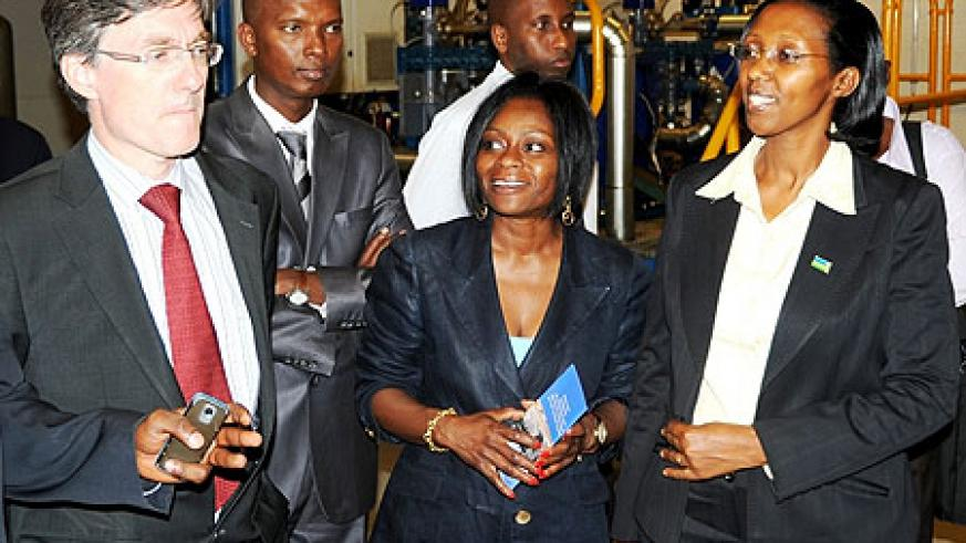 (L-R) Joachim Von Amsberg ,Yves Muyange of RECO, Mimi Ladipo WB country representative and Collette Ruhamya at Jabana thermal power plant ( Photo; T. Kisambira)