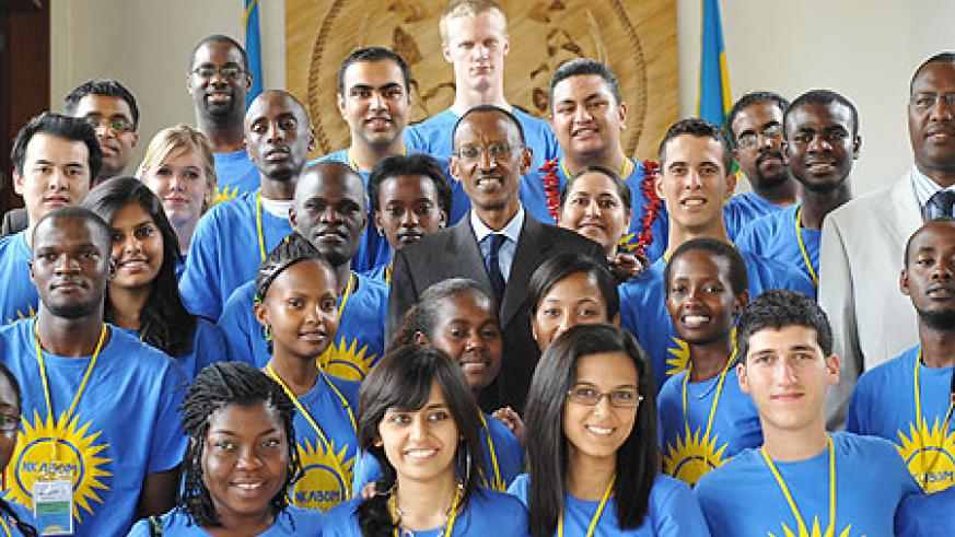 President Kagame with the youth from C'wealth countries at Urugwiro Village, yesterday (Photo Urugwiro Village)