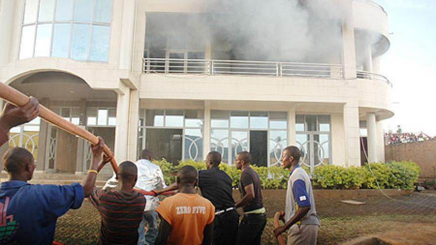 Police and onlookers help to put out the fire at KL house in Nyarutarama (File photo)