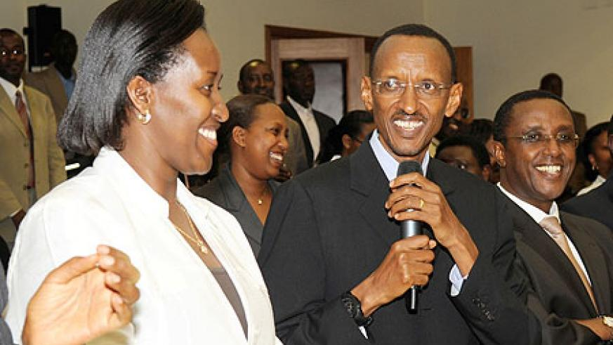 President Paul Kagame hosted the newly sworn-in Cabinet to a cocktail party, Thursday. Next to him is First Lady Jeannette Kagame (L) and the President of the Senate, Vincent Biruta. (Photo Urugwiro Village)