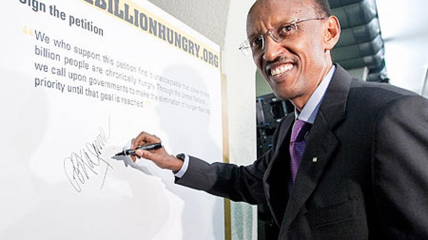 President Kagame signed the the 1billionhungry petition to end hunger, yesterday in Rome. (Photo. FAO)