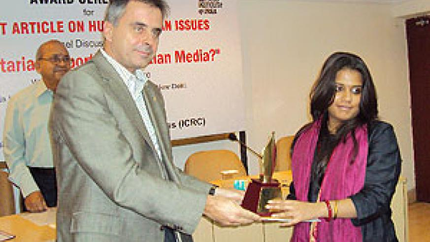 Tusha Mittal (of Tehelka Media) recieves her award from François Stamm, the ICRC India Head of Regional Delegation. Photo D.Sabiiti