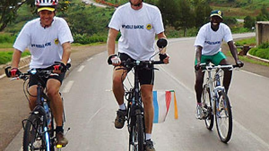 Rick (C) with a friend from Netherlands and cycling coach Paul Vuningoma en route to Kigali (Photo; G. Iribagiza)